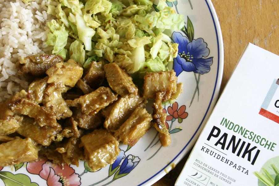 Paniki-schotel met rijst en savooiekool